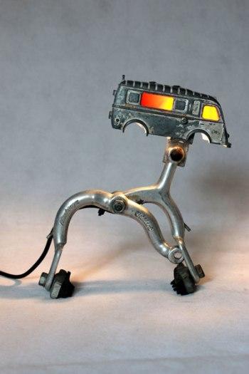 Camion lumineux sur étrier de frein. Recyclage jouet cassé, assemblage d'objets.
