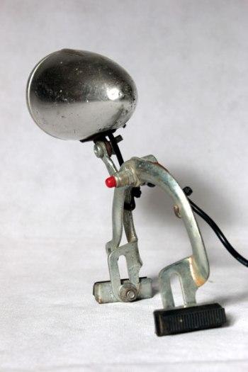 Lampe frein de vélo avec optique. Détournement de pièces détachées de vélo, assemblage, recyclage.