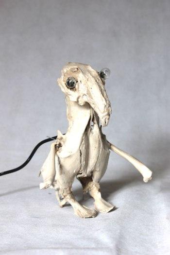 Sculpture de lapin et de poulet. Assemblage lumineux d'os.
