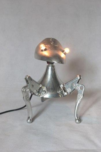 Embauchoir détourné avec freins de vélo et coupe de sport. Assemblage d'aluminium, lampe curieuse à 3 pattes.