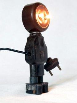 Robot électrique en bakélite. Recyclage de composants plus aux normes, détournement, sculpture.