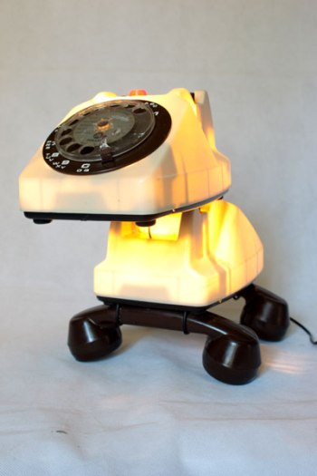 Chien téléphone lumineux, détournement de jouet vintage, recyclage de plastique, sculpture animalière, lampe curieuse, télécommunication.