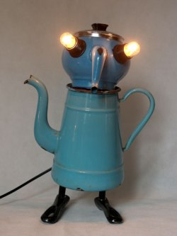 Assemblage vaisselle en émail bleu. Composition: cafetière et théière en émail, couvercle, poignées de casserole.