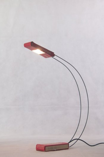 Lampe crée avec une boite de film, détournement, recyclage, lampe de bureau,