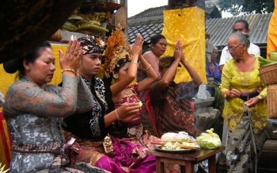 BEGINNERS GUIDE TO BALINESE PRAYER, OFFERINGS, TEMPLES AND RELIGIOUS CEREMONIES