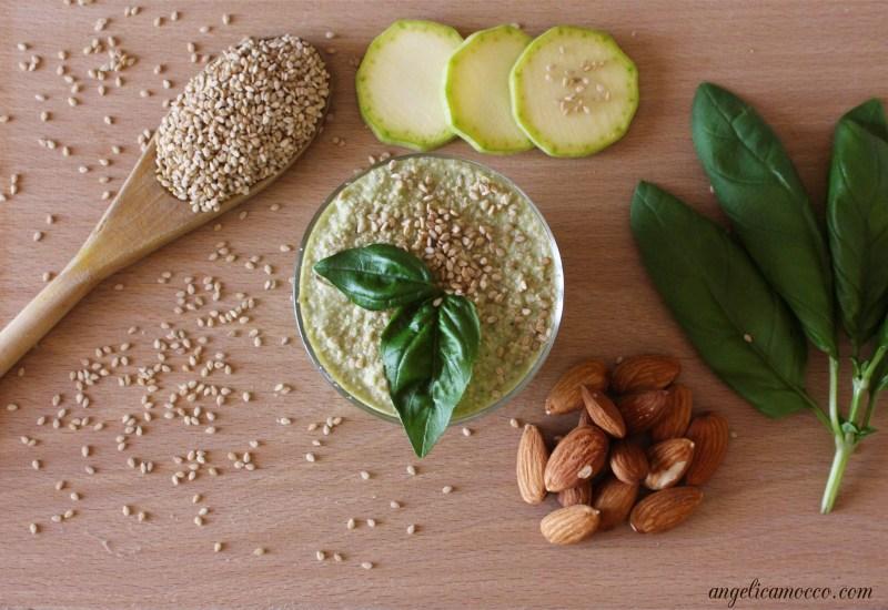 pesto di zucchine vegan con mandorle e sesamo