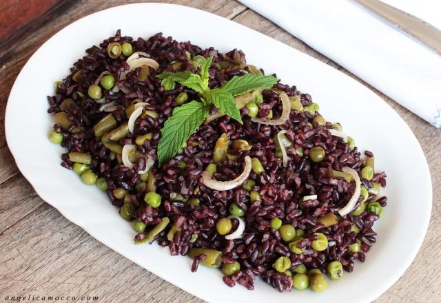 Insalata di riso venere con verdure piselli fagiolini e cipolla rossa di tropea