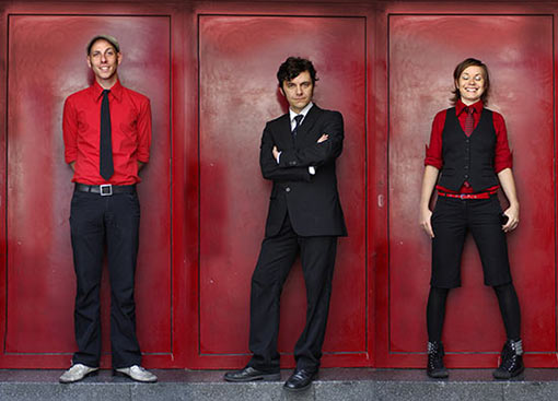 Angelika Express Bandfoto vor roter Wand