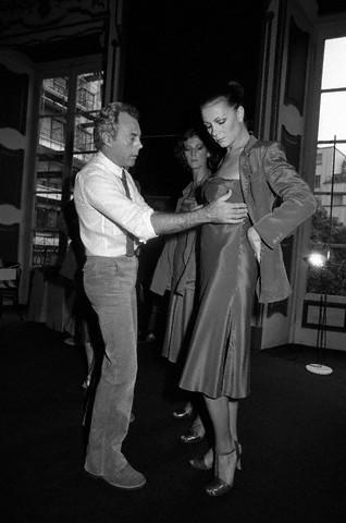 Giorgio Armani fitting models, 1977. da/from www.corbis.com