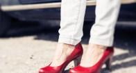 厚着でも女っぽさが欲しい…!足元からレディを上げる「赤」コーデ術