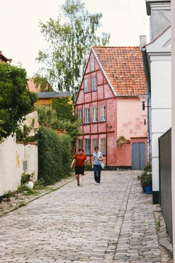 Maison rose dans la ruelle