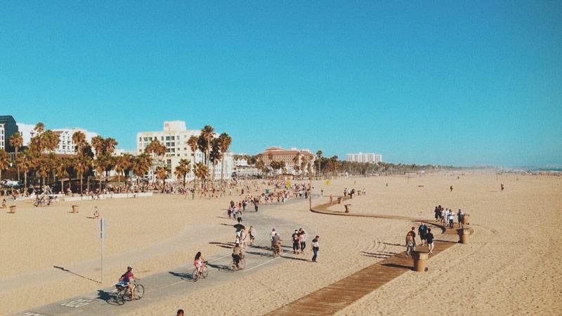 Santa Monica Beach depuis le pier à Los Angeles