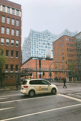 Le philharmonie de l'Elbe depuis les rues d'Hambourg
