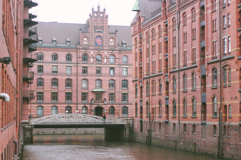 Les pieds dans l'eau à Hambourg