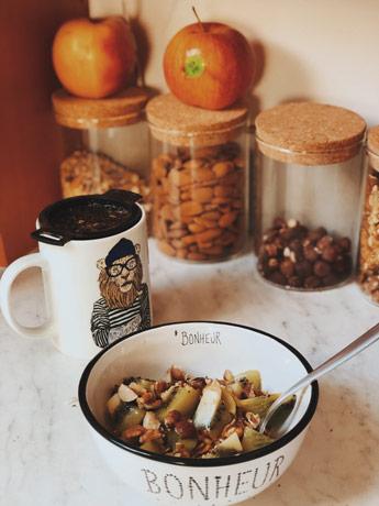 Petit-déjeuner muesli, kiwi et noix
