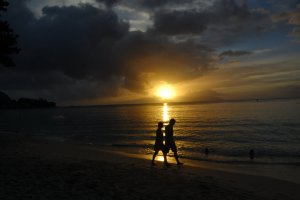 couple_on_the_beach_by_tsuyoi_kishi