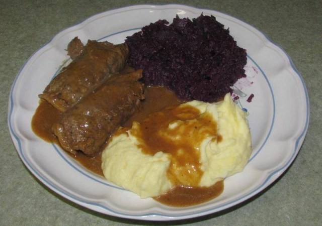 Beef Rouladen with mashed potatoes and red cabbage