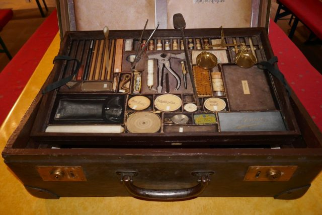 Image of the 19th-century Austrian detective's crime scene tool kit.