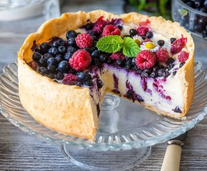 Yoghurt-Fruit cheese cake with blueberry and raspberry