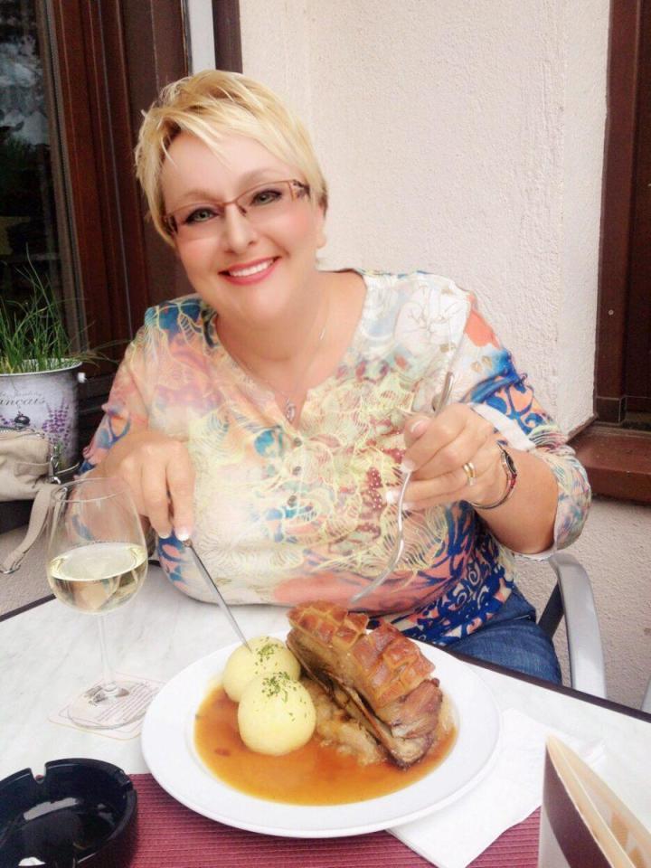 Angie eating Schäufele in Würzburg