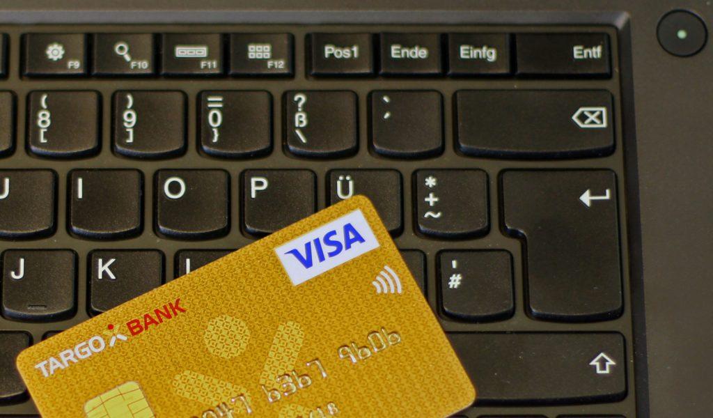 Ein neues, verbraucherfreundliches Gesetz macht das Bezahlen mit Kreditkarte für Bankkunden günstiger und sicherer.