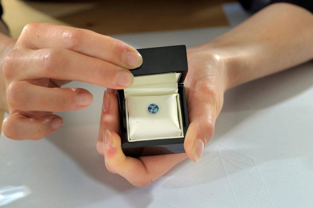 Vor über 13 Jahren wurde das Verfahren zur Umwandlung der Kremationsasche in einen synthetischen Diamanten in der Schweiz entwickelt.