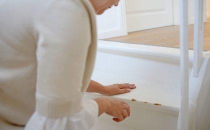 Durch unsachgemäßen Gebrauch beschädigte Treppenstufen oder Türzargen müssen Mieter in der Regel auf eigene Kosten reparieren.