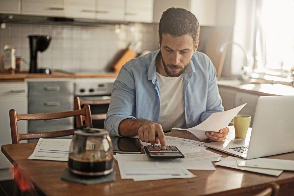 Ob klassisch auf Papier oder per App: Viele Bundesbürger nutzen die Möglichkeit einer privaten Buchführung über die Gegenüberstellung von Einnahmen und Ausgaben.