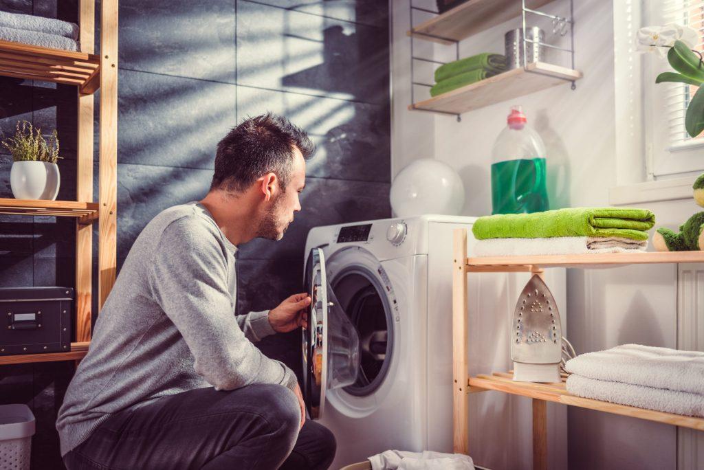 Oft sind Waschmaschinen größer, als es für einen Ein-Personen-Haushalt nötig wäre. Wer Strom sparen will, sollte deshalb warten, bis die Waschtrommel gut gefüllt ist - Versteckte Stromfresser