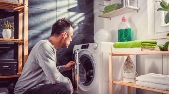 Oft sind Waschmaschinen größer, als es für einen Ein-Personen-Haushalt nötig wäre. Wer Strom sparen will, sollte deshalb warten, bis die Waschtrommel gut gefüllt ist.