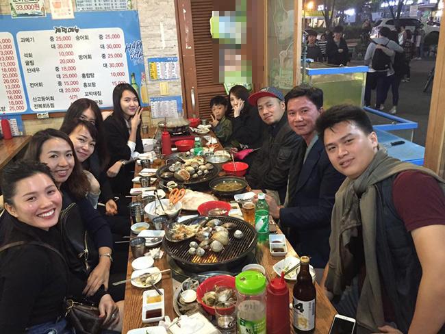 Trong các bức hình chụp cùng bạn bè, Jang Mi cũng là người nổi bật nhất với gương mặt V-line, làn da trắng sáng.