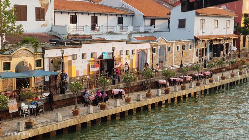 Bờ sông đối diện hotel River Song Residence