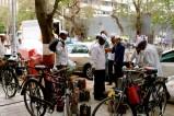 A Mumbai puoi incontrare i Dabbawala. Ovvero un eservito di uomini in bici che ogni giorno porta il pranzo che milioni di donne preparano a milioni di uomini d'affari. E visto che sono dei professionisti, i Dabbawala non sbagliano mai