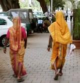 A Mumbai puoi incontrare delle donne vestite con i colori della primavera