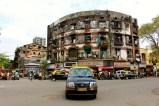 A Mumbai trovi tutto e il contrario di tutto. Palazzi liberty, anni '70, colorati e fatiscenti. Però se ti fermi ad osservarli potresti essere investito da un taxi.