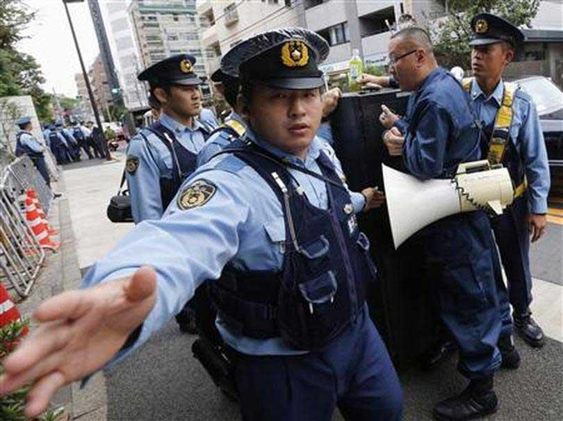 policia-japonesa-arresta-hombre.jpg