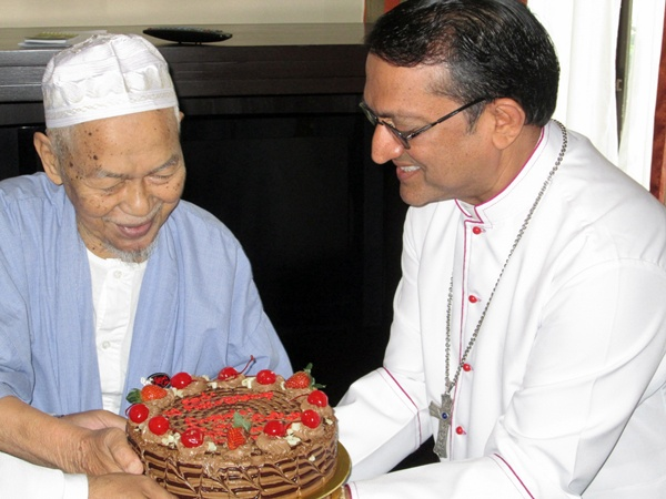 Tok Guru presents Bishop Sebastian with a mouth-watering cake: Where did the cake come from?