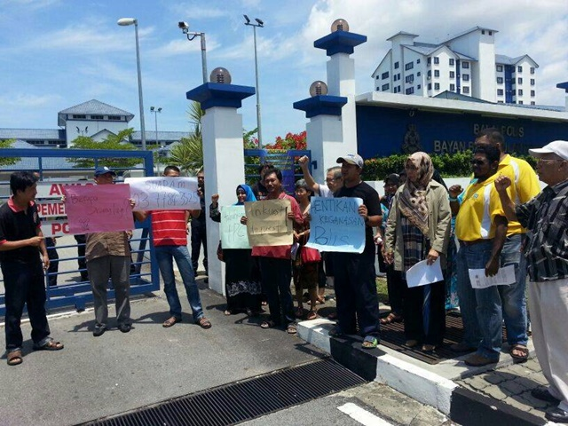 Outside the Bayan Baru police lock-up - Photograph: Suaram