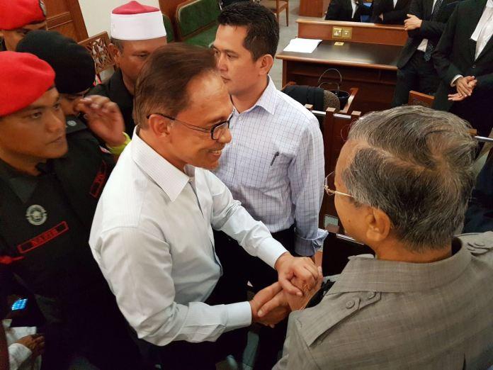 mahathir greets anwar in court 5 Sept 2016 top view