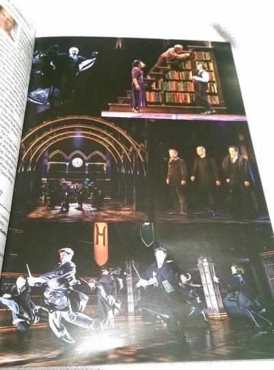 Em uma foto, Rony mexe em uma estante de livros, com Harry e Hermione em um andar abaixo. Na outra, alunos e pais se preparam para entrar no Expresso de Hogwarts. Em mais uma, Harry, Draco e mais alguém fazem fila e olham para frente. Embaixo, alunos dançam com as capas em movimento.