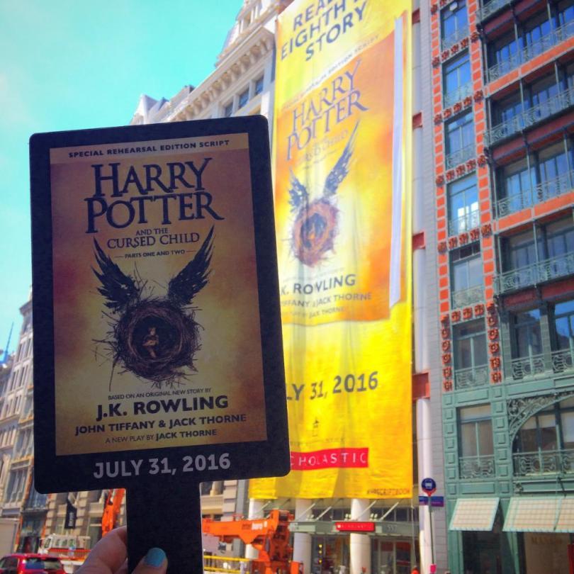 No Muggle Mob, fãs esperaram no sol quente um banner ser colocado na loja da Scholastic em Nova Iorque. Muito empolgante.