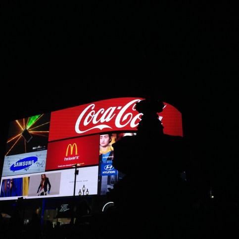 A Piccadilly Circus é a Times Square de Londres, lugar de muita loja cara e letreiros luminosos. Difícil tirar uma foto boa, mas tá aí uma no lugar mais central.