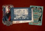 Três cartões postais que são brindes do livro mencionado na notícia. Um deles é a arte do logotipo do ministério francês, descrito na notícia, o outro é uma vista panorâmica de paris, com a torre eiffel no centro, ela é retangular e muito grande. O terceiro é o poster do circo Arcanus, também descrito na notícia.