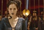 Nagini se apresenta, tensa, no Circo Arcanus. Ela está enjaulada e sendo observada por várias pessoas em sua volta.