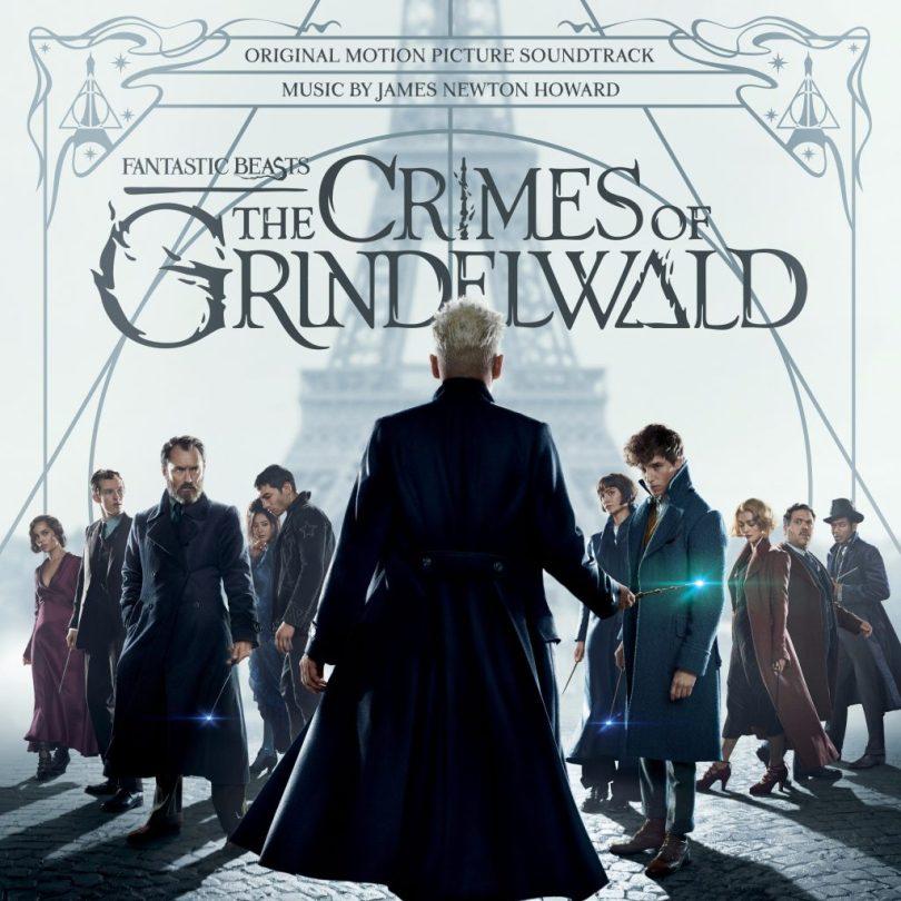 """Capa da trilha sonora de Crimes de Grindelwald usando como base o pôster final do filme. Ele tem Grindelwald, de costas e centralizado, segurando a varinha das varinhas. De frente pra ele e encarando o observador, os personagens Leta, Teseu, Dumbledore, Nagini, Credence, Tina, Newt, Queenie, Jacob e Yusuf Kama. No fundo branco, atrás, é possível ver a torre Eiffel, também centralizada, e o símbolo das Relíquias da Morte. No topo, os dizeres """"trilha sonora original. música por james newton howard"""". embaixo, o logo do filme."""