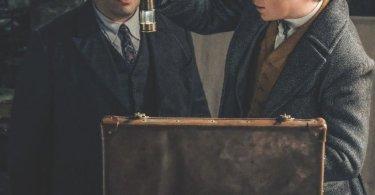 Nesta foto, vemos dois personagens: Jacob e Newt. Jacob está molhado e está observando um objeto segurado por Newt. Esse objeto parece ter acabado de ser tirado da sua maleta, já que ela está aberta a sua frente. Ele se parece um pouco com uma lamparina em miniatura.