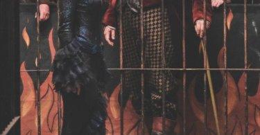 Nesta foto, vemos Nagini presa numa gaiola de circo. Vemos o apresentador, à frente, e um público grande atrás dele.