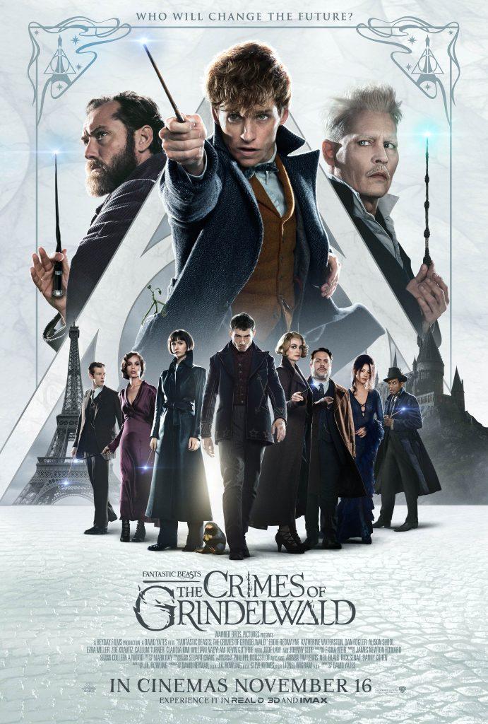 """Pôster de Animais Fantásticos: Os Crimes de Grindelwald. Vemos, nesta ordem, Dumbledore, Newt e Grindelwald acima e maiores. Todos eles estão com suas varinhas. Abaixo, vemos os outros personagens: na ordem em que aparecem, Teseu, Leta, Tina, Credence, que está a frente de todos, como se """"levando todos"""", Queenie, Jacob, Nagini e Yusuf Kama. Do lado esquerdo do pôster vemos a Torre Eiffel e do lado direito vemos o castelo de Hogwarts. Por trás de todos, vemos o símbolo das Relíquias da Morte."""