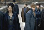 Kama, Nagini, Jacob, Newt, Tina e Teseu observam Hogwarts, de longe, no viaduto em frente à escola.