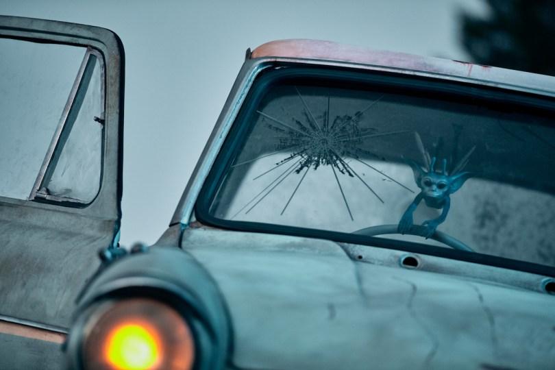 Um diabrete da Cornualha segurando no volante de um carro.